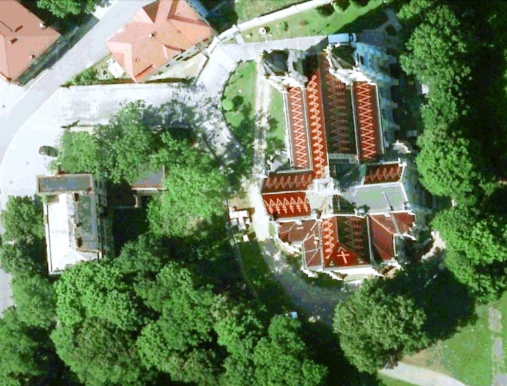 Pohled na kostel při rekonstrukci střechy